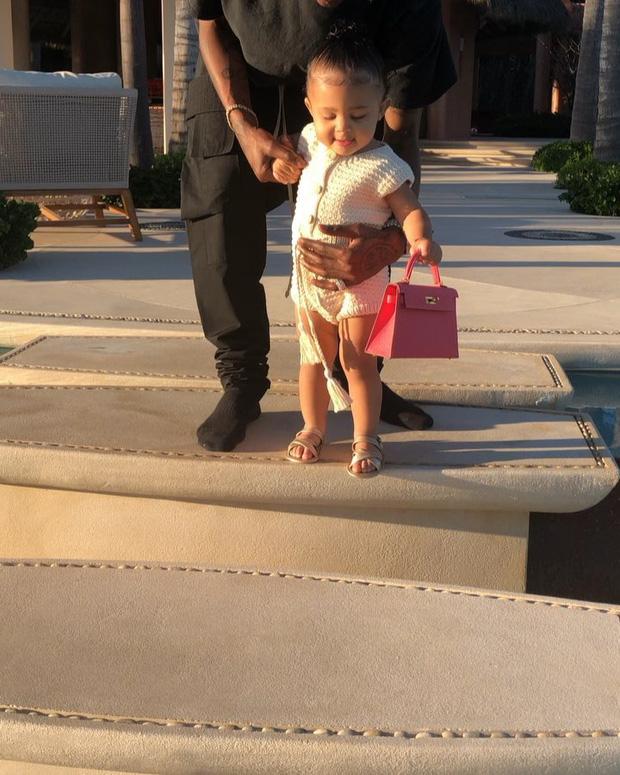 Cô gái vàng trong làng đầu thai gọi tên con gái Kylie Jenner: Đi du thuyền 6000 tỷ, quà sinh nhật là cả công viên khủng - Ảnh 4.