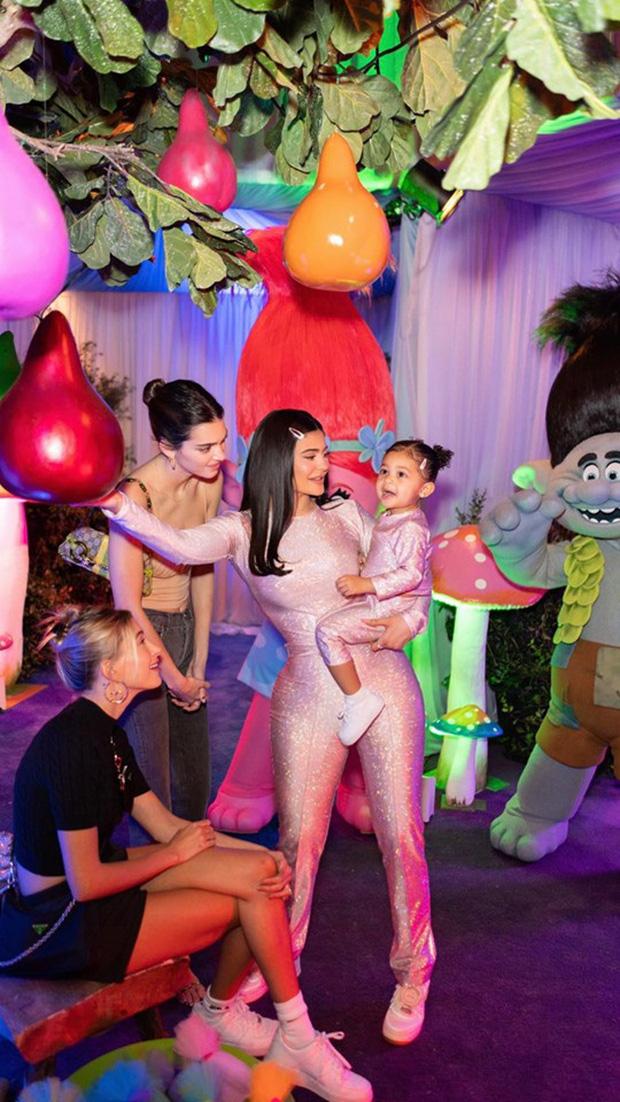 Cô gái vàng trong làng đầu thai gọi tên con gái Kylie Jenner: Đi du thuyền 6000 tỷ, quà sinh nhật là cả công viên khủng - Ảnh 6.
