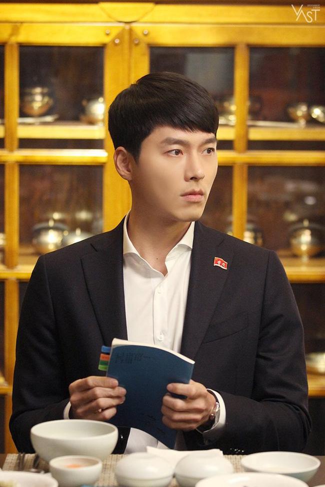 """""""Crash Landing On You"""": Hyun Bin siêu đẹp trai trong bộ ảnh hậu trường, thần thái thế này bảo sao ai cũng tự nhận là """"chồng"""" - Ảnh 2."""