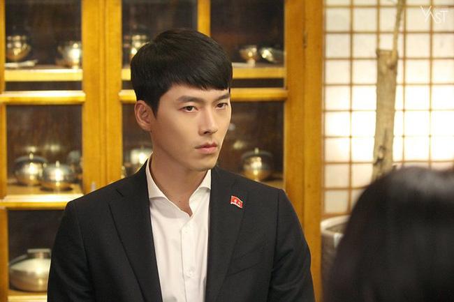 """""""Crash Landing On You"""": Hyun Bin siêu đẹp trai trong bộ ảnh hậu trường, thần thái thế này bảo sao ai cũng tự nhận là """"chồng"""" - Ảnh 3."""