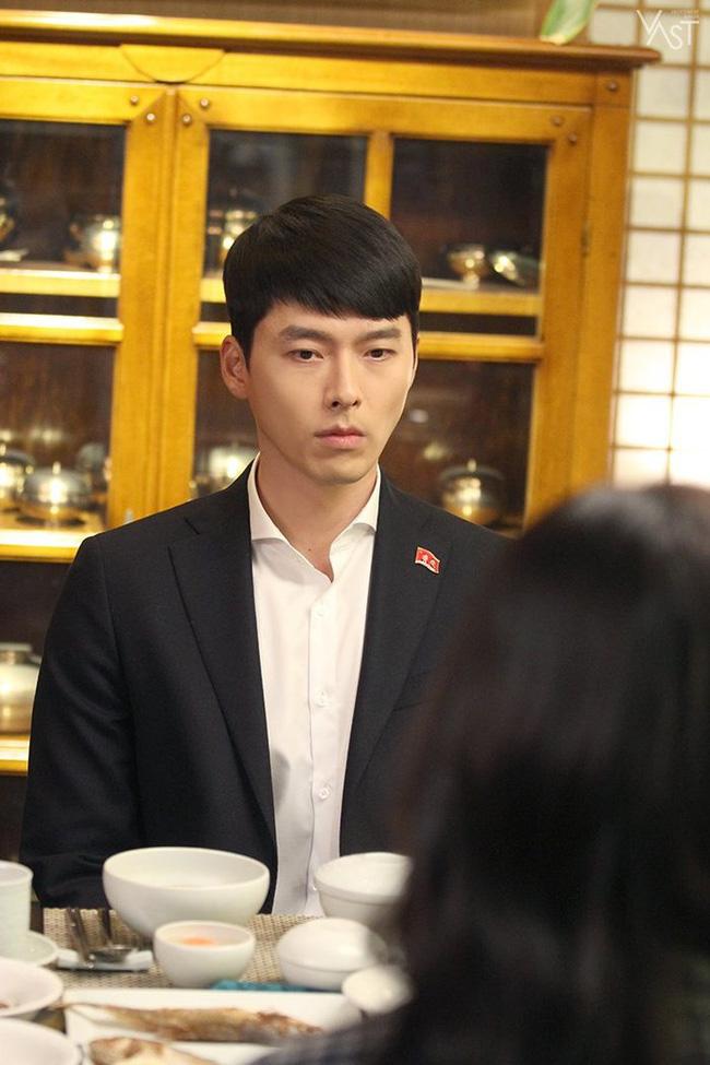 """""""Crash Landing On You"""": Hyun Bin siêu đẹp trai trong bộ ảnh hậu trường, thần thái thế này bảo sao ai cũng tự nhận là """"chồng"""" - Ảnh 4."""