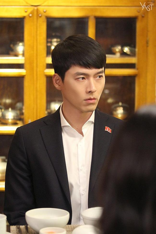 """""""Crash Landing On You"""": Hyun Bin siêu đẹp trai trong bộ ảnh hậu trường, thần thái thế này bảo sao ai cũng tự nhận là """"chồng"""" - Ảnh 5."""