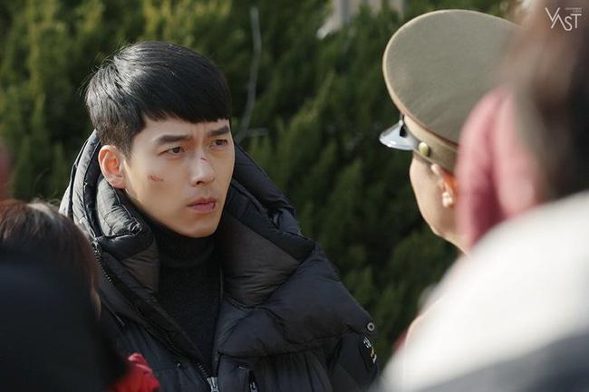 """""""Crash Landing On You"""": Hyun Bin siêu đẹp trai trong bộ ảnh hậu trường, thần thái thế này bảo sao ai cũng tự nhận là """"chồng"""" - Ảnh 6."""