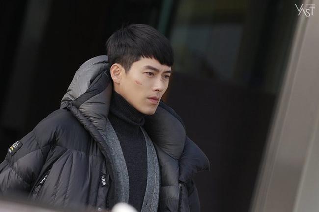 """""""Crash Landing On You"""": Hyun Bin siêu đẹp trai trong bộ ảnh hậu trường, thần thái thế này bảo sao ai cũng tự nhận là """"chồng"""" - Ảnh 7."""