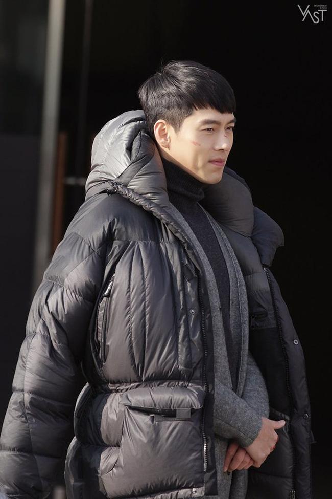 """""""Crash Landing On You"""": Hyun Bin siêu đẹp trai trong bộ ảnh hậu trường, thần thái thế này bảo sao ai cũng tự nhận là """"chồng"""" - Ảnh 8."""