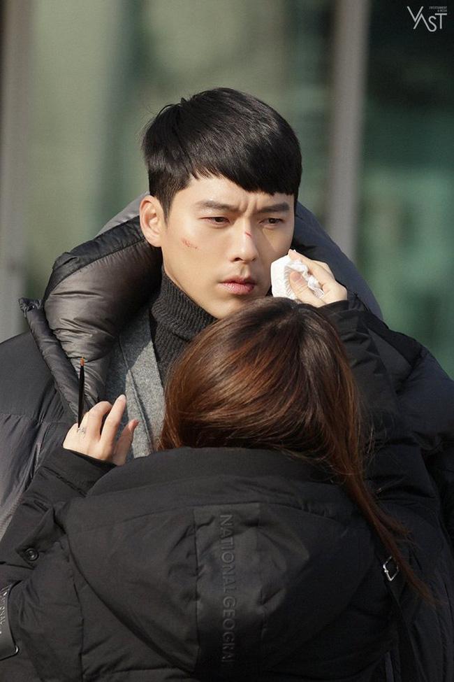 """""""Crash Landing On You"""": Hyun Bin siêu đẹp trai trong bộ ảnh hậu trường, thần thái thế này bảo sao ai cũng tự nhận là """"chồng"""" - Ảnh 9."""