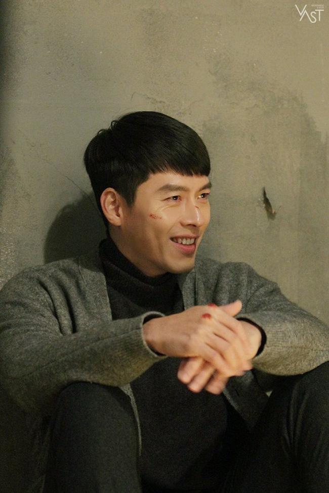 """""""Crash Landing On You"""": Hyun Bin siêu đẹp trai trong bộ ảnh hậu trường, thần thái thế này bảo sao ai cũng tự nhận là """"chồng"""" - Ảnh 10."""