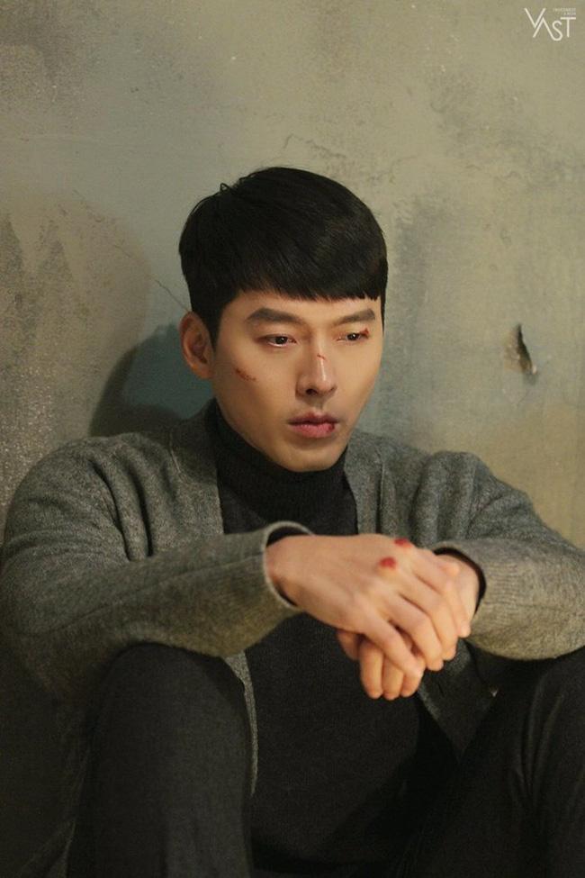 """""""Crash Landing On You"""": Hyun Bin siêu đẹp trai trong bộ ảnh hậu trường, thần thái thế này bảo sao ai cũng tự nhận là """"chồng"""" - Ảnh 11."""