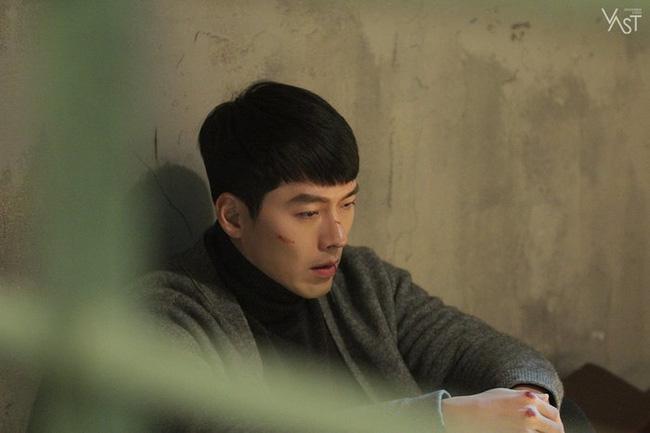 """""""Crash Landing On You"""": Hyun Bin siêu đẹp trai trong bộ ảnh hậu trường, thần thái thế này bảo sao ai cũng tự nhận là """"chồng"""" - Ảnh 12."""