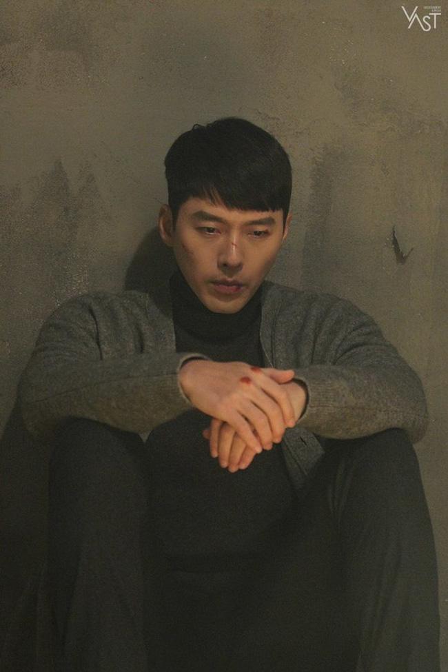 """""""Crash Landing On You"""": Hyun Bin siêu đẹp trai trong bộ ảnh hậu trường, thần thái thế này bảo sao ai cũng tự nhận là """"chồng"""" - Ảnh 13."""