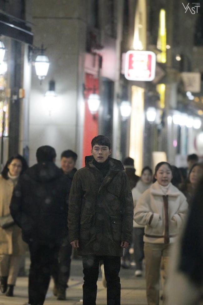 """""""Crash Landing On You"""": Hyun Bin siêu đẹp trai trong bộ ảnh hậu trường, thần thái thế này bảo sao ai cũng tự nhận là """"chồng"""" - Ảnh 14."""