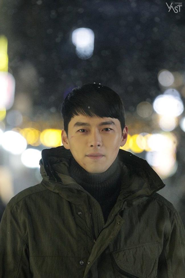 """""""Crash Landing On You"""": Hyun Bin siêu đẹp trai trong bộ ảnh hậu trường, thần thái thế này bảo sao ai cũng tự nhận là """"chồng"""" - Ảnh 16."""