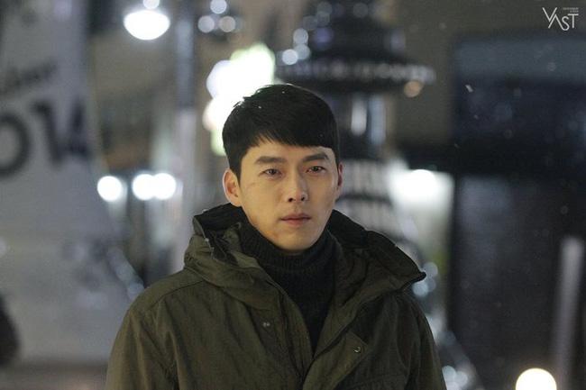 """""""Crash Landing On You"""": Hyun Bin siêu đẹp trai trong bộ ảnh hậu trường, thần thái thế này bảo sao ai cũng tự nhận là """"chồng"""" - Ảnh 15."""