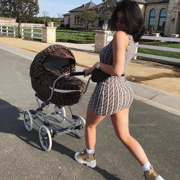 Cô gái vàng trong làng đầu thai gọi tên con gái Kylie Jenner: Đi du thuyền 6000 tỷ, quà sinh nhật là cả công viên khủng - Ảnh 2.