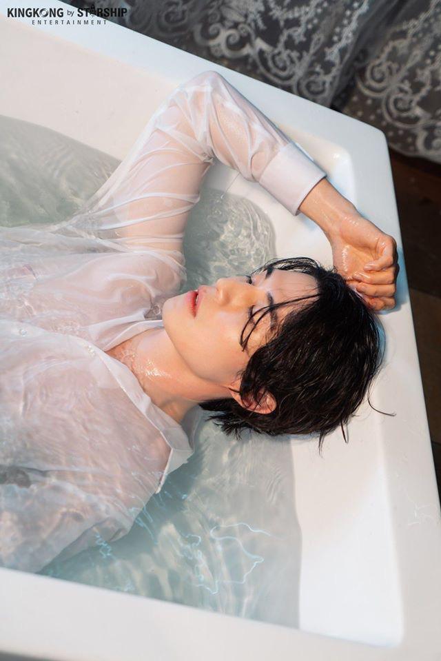 Lee Dong Wook quyến rũ hết mức trong làn nước.
