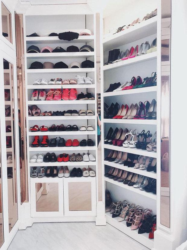 Bảo Thy từng khiến bao người bất ngờ xen lẫn thích thú khi khoe một góc tủ giày cao đến 10 tầng gồm toàn các thiết kế đến từ những nhà mốt danh giá.