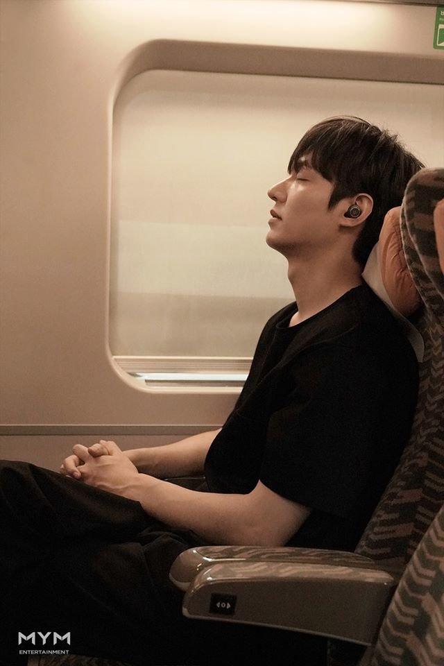 Ảnh Valentine chuẩn mỹ nam, Lee Min Ho khiến dân tình mất máu: 'Sống mũi thẳng hơn giới tính của tôi!' 0
