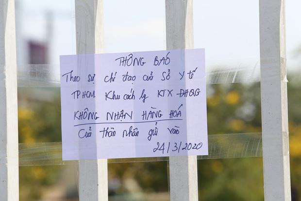 Bảng thông báo dừng nhận hàng tiếp tế được dán tại cổng khu cách ly Kí túc xá ĐH Quốc gia TP.Hồ Chí Minh