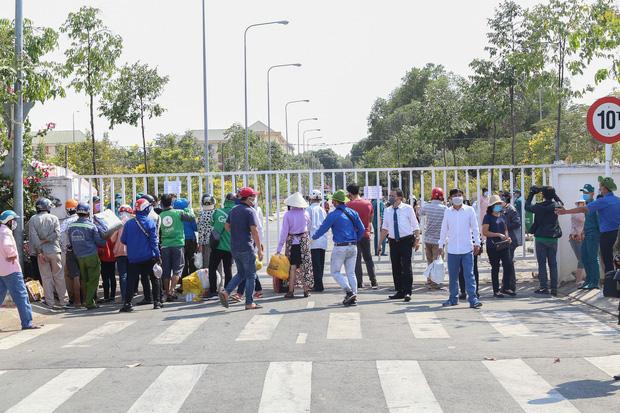 Mặc dù đã được thông báo, song hàng chục người dân ùn ùn kéo đến mang theo đồ tiếp tế