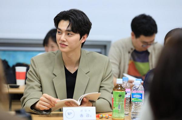 Nam diễn viên Song Kang (vai Hwang Sun Oh) trong buổi đọc kịch bản Chuông báo tình yêu 2.