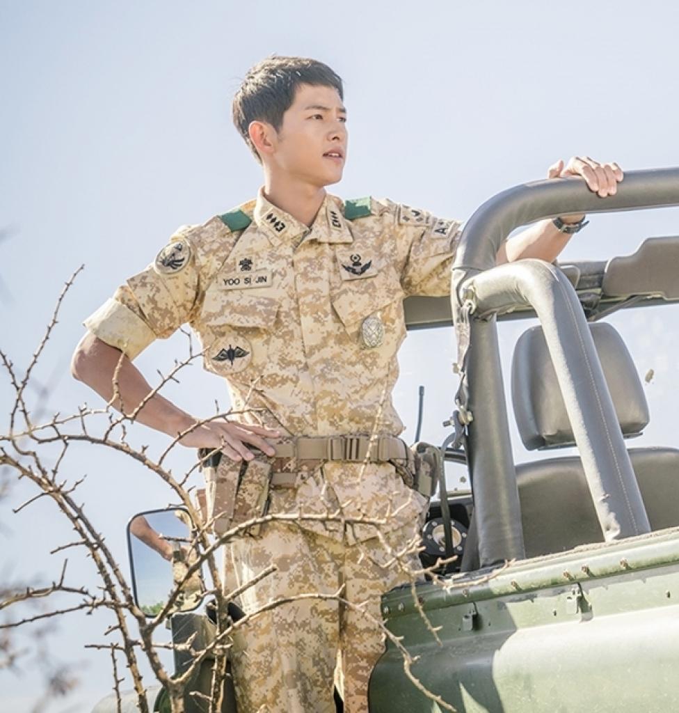 Thân hình cơ bắp của Song Joong Ki cuối cùng cũng được fan chú ý!