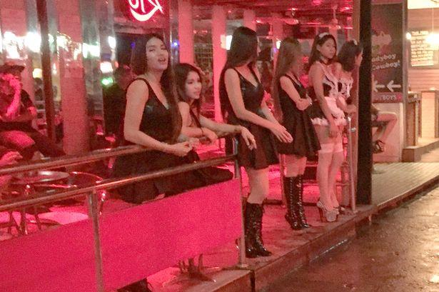 Thái Lan: Phố đèn đỏ hoạt động lại, đồng loạt mặc đồ đen