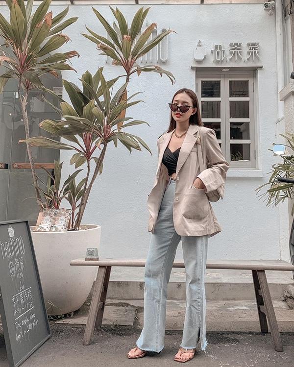 Diện crop top cùng quần jeansxẻ gấu, cô nàng này đã giúp cho set đồ của mình thêm trendy hơn nhờ khoác thêm áo blazer màu be.