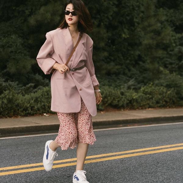 Váy liền phối cùng áo blazer dáng cơ bản luôn là một trong những bộ đôi được các nàng công sở diện nhiều nhất khi trời vào thu. Muốn công thức này mới mẻ, phá cách hơn chút, bạn có thể phối thêm phụ kiện thắt lưng bản nhỏ kèm giày thể thao.