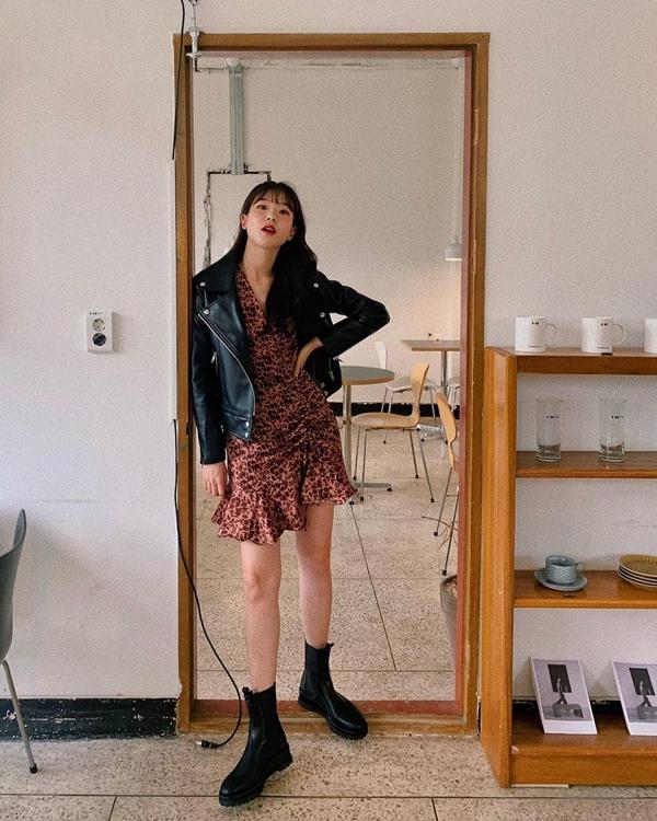 Những kiểu váy điệu đà như váy nhún bèo nếu kết hợp với boots sẽ mang đến cho bạn hình ảnh cá tính, sành điệu, sang xịn hơn. Thêm một chiếc biker jacket khoác bên ngoài thì cứ yên tâm tổng thể sẽ còn chất chơi hơn bội phần.