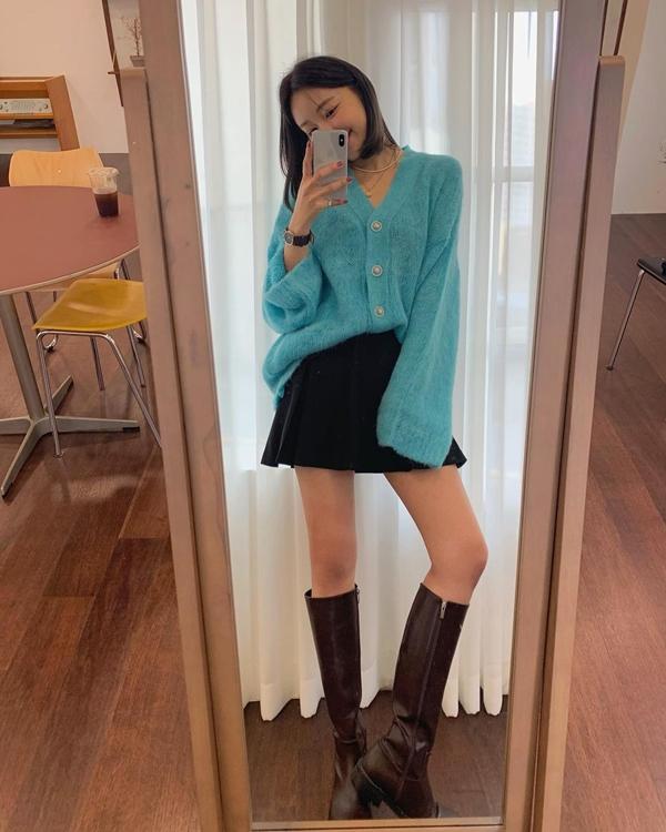 Với những kiểu boots cao dưới gối, các nàng có thể kết hợp với chân váy ngắn hoặc quần shorts để tổng thể được trẻ trung lại tôn dáng. Bạn chỉ cần diện hoàn thiện phần còn lại của set đồ bằng một chiếc áo cardigan oversize nữa là yên tâm có ngay outfit đẹp xịn.
