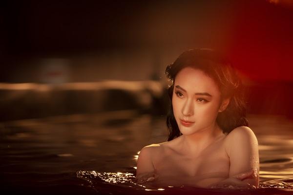 Sau thời gian dài ở ẩn,Angela Phương Trinh bất ngờ xuất hiện cuốn hút với làn da trắng mịn, đường cong gợi cảm.
