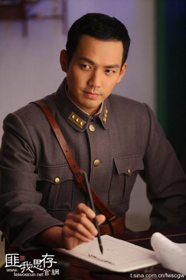 """Loạt nam nhân mặc quân phục đẹp nhức nách: Đáng chú ý nhất là cả dàn trai  trẻ chẳng ai xô đổ được """"ông chú"""" Chung Hán Lương!"""