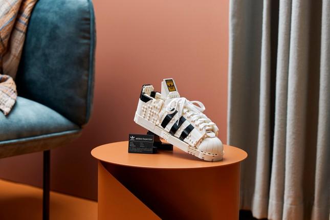 """Mẫu giày thể thao kinh điển Superstar ra mắt phiên bản LEGO lạ mắt cho """"hội cuồng sneaker"""" ảnh 3"""