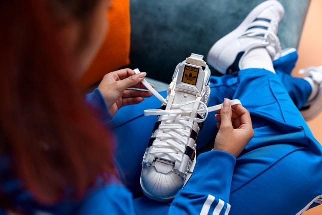 """Mẫu giày thể thao kinh điển Superstar ra mắt phiên bản LEGO lạ mắt cho """"hội cuồng sneaker"""" ảnh 2"""