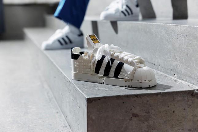 """Mẫu giày thể thao kinh điển Superstar ra mắt phiên bản LEGO lạ mắt cho """"hội cuồng sneaker"""" ảnh 1"""
